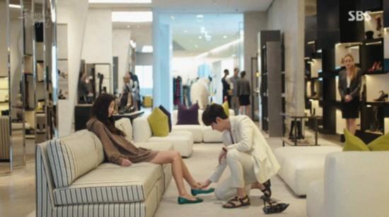 李敏镐帮全智贤穿鞋。