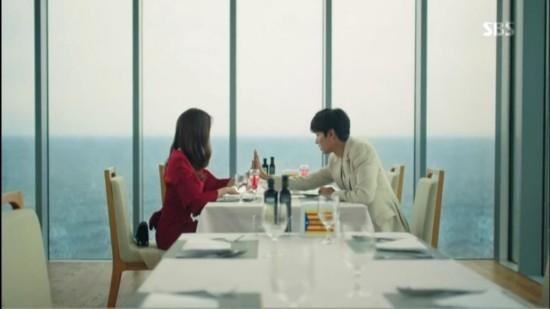 李敏镐帮夹菜。