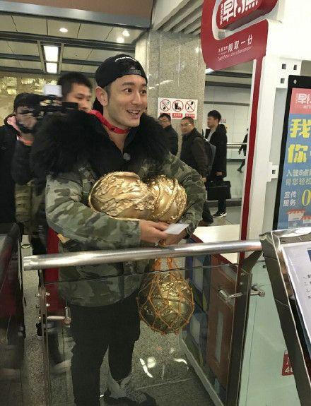 黄晓明西安乘地铁 帮忙维持秩序网友赞其亲民