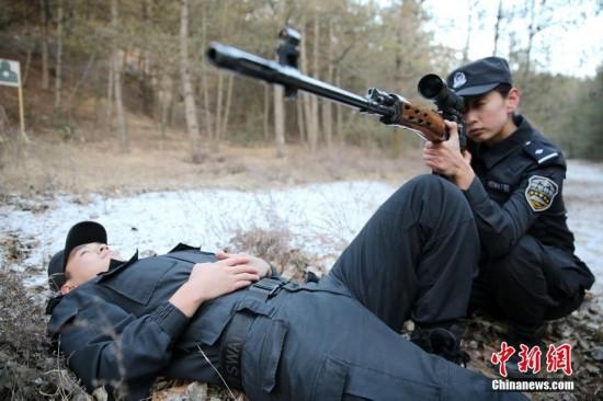 探访90后特警女教官 教男队员打枪格斗