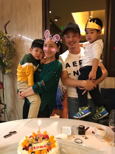 """胡可41岁生日三男为其庆生 宠爱满溢被喊""""宝宝"""""""