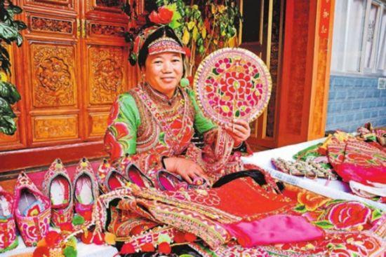 承了千年的彝族刺绣产品因其工艺独特、制作精细而畅销海内外市场,