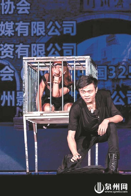 李志福在舞台上表演