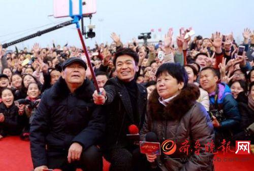 王宝强回家乡带父母宣传《大闹天竺》引现场观众一片欢呼(图)