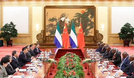 中国国家主席习近平在北京人民大会堂同塞拉利昂总统科罗马举行会谈