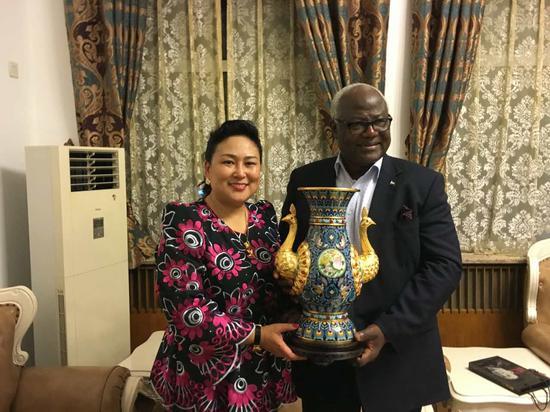 塞拉利昂总统欧内斯特·巴伊·科罗马(右)与北京英联邦成员国北京协会副主席那媛(左)