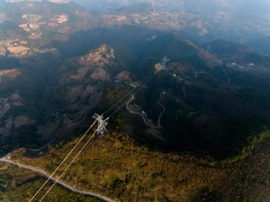 在重庆巫山县骡坪镇航拍验收中的±800千伏特高压线路(12月6日摄)。新华社记者 刘潺 摄