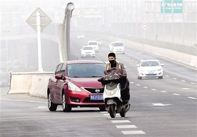 郑州:电动车闯禁行驶入高架桥 将被罚50元