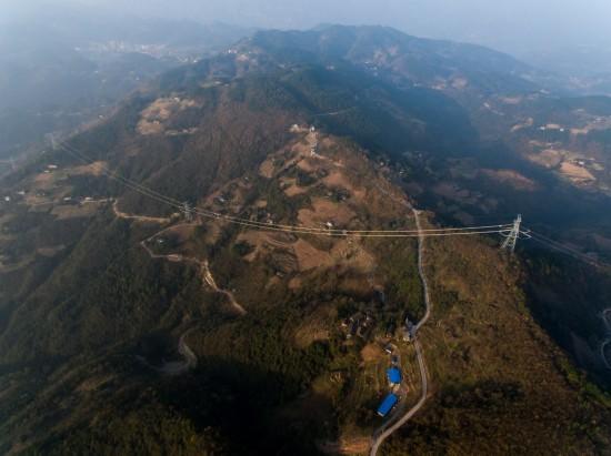 在重庆巫山县骡坪镇航拍验收中的±800千伏特高压线路(12月6日摄)。   新华社记者 刘潺 摄