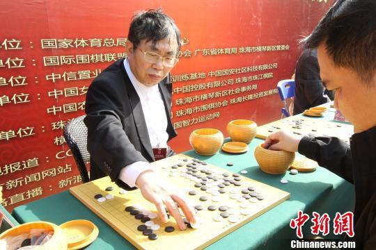 聂卫平等围棋名将与百名业余棋手在珠海过招