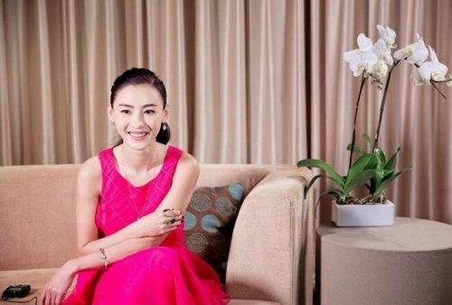 张柏芝穿玫红长裙