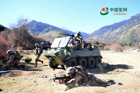 高清:西藏军区组织高寒地区山地突击演练 锤炼战斗力