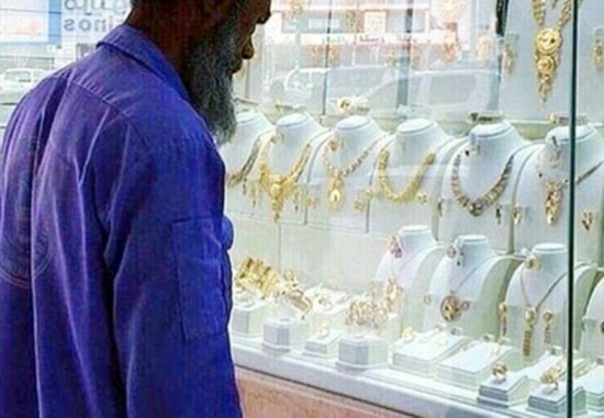 清洁工看首饰被讽愤怒网友为他买下整套金饰