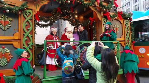 中国侨网华人家长拍摄子女与圣诞老人的合影。(美国《世界日报》/唐嘉丽 摄)