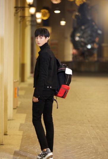 王俊凯街拍似神秘美少年 秀大长腿图片