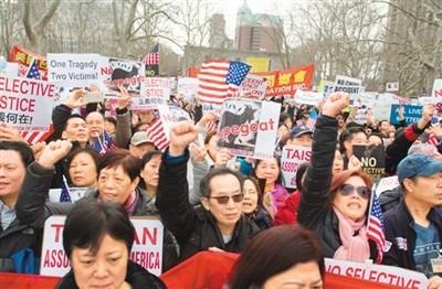 中国侨网图为今年2月,华人游行抗议华裔警察梁彼得被定罪。(资料图片)