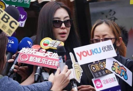 王祖贤现身父亲告别式 受访表示不再复出荧幕