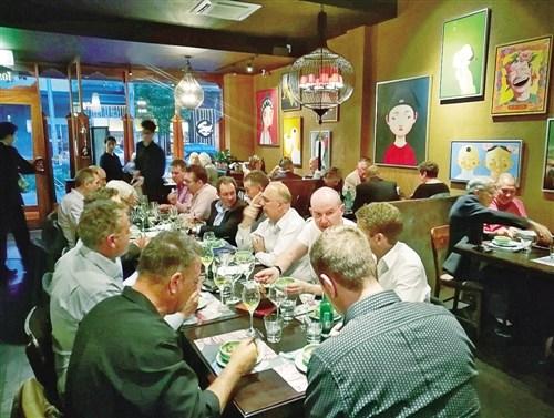 中国侨网锦上是澳大利亚首都堪培拉一家很有名的中餐馆,餐厅坚持为顾客烹饪原汁原味的中餐,地道的中国菜深受当地澳大利亚人欢迎。图为当地民众在锦上聚餐。(本报驻堪培拉记者 翁东辉 摄)