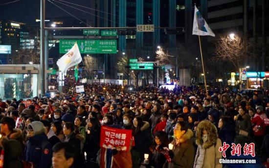 """当地时间12月10日,韩国民众举行""""亲信干政""""事件后第七轮大规模集会。虽然前一日韩国国会通过总统弹劾案,朴槿惠已被暂停总统职权,但示威民众仍高喊口号,要求朴槿惠立即下台。当日也有""""亲朴派""""市民团体举行游行,反对弹劾案,称""""弹劾无效""""。<a target='_blank'  data-cke-saved-href='http://www.chinanews.com/' href='http://www.chinanews.com/'><p  align="""