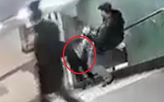 可怕!女子在柏林地铁站遭恶棍背后袭击