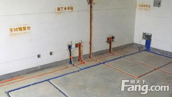 3.强弱电共管   在施工中把强电(如照明电线)和弱电(如电话线、网络线)放在一个管内或盒内,少铺一根管或盒子,省时省力省料。但这样做使得打电话、上网时会有干扰,同时同一根管内穿线过多也有发生火灾的危险。   4.接线头处不设过路盒   电线铺设时可能出现长度不够,需要接线的情况。这时一些不规范的施工队,往往会直接接完线后套入管子内,而不加上过路盒。要知道接口处往往是最容易出现问题的地方,将线头留在管内的做法将使得后期出现问题时,检修非常不易。   5.