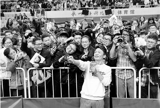 王宝强路演1小时满足粉丝要求:给粉丝爸爸打电话