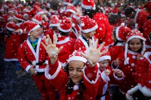 小小圣诞老人慈善游行:红衣白发造型可爱 童心烂漫
