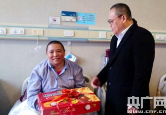 新闻界慈善促进会领导看望来京救治的藏区包虫病患者