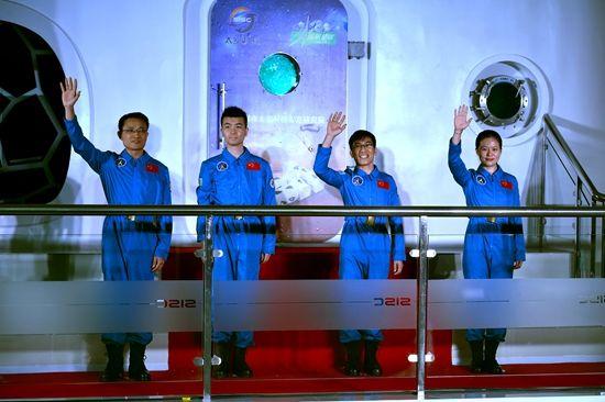 """4名志愿者""""太空""""生存180天"""