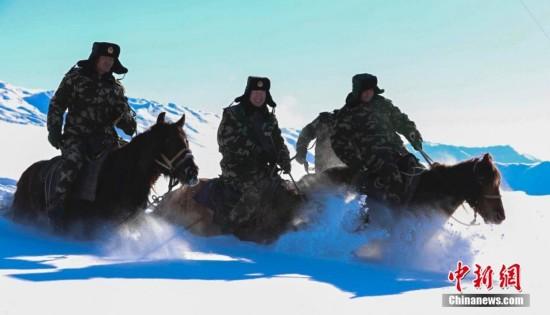 新疆公安边防协警骑马在齐腰深雪地中进行越野训练(图)