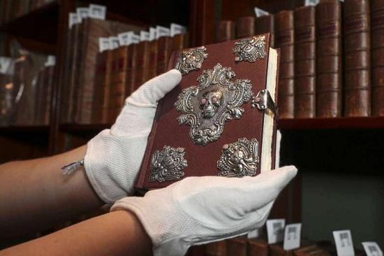 12月14日拍卖的《诗翁彼豆故事集》