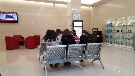 图为14日下午等待办理退卡的商洛学院学生