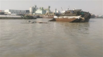 扬州一货船断裂沉没 船闸人员救援船员脱险