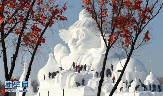 """哈尔滨34米高大雪人""""破壳""""而出"""