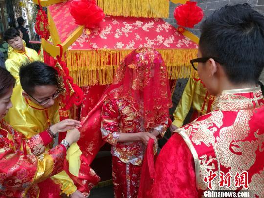 广东佛山百年嫁娶屋中办集体婚礼再现岭南传统婚俗 郭军 摄-佛山百年