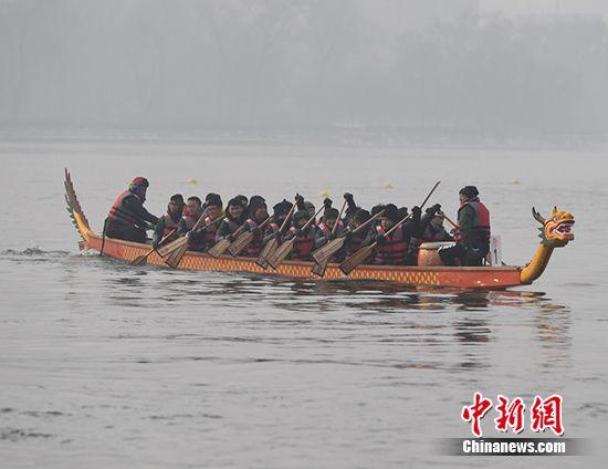 白桥龙舟赛成移芝队_松花江上冬日龙舟赛