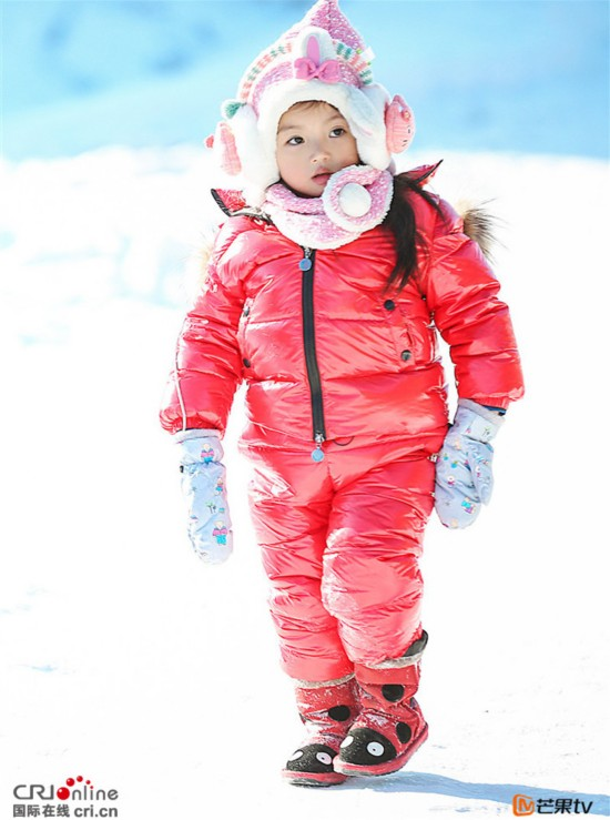 《爸爸去哪儿4》董力抱着阿拉蕾在雪地摸爬滚打