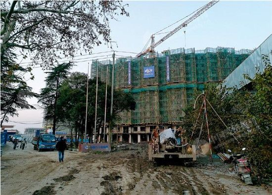 p38-2 正在建设的中冶・盛世滨江一处楼盘现场。《中国经济周刊》记者刘照普 摄