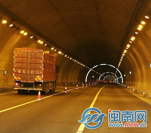 天成山隧道新增的隧道反光环属福建省首例.jpg