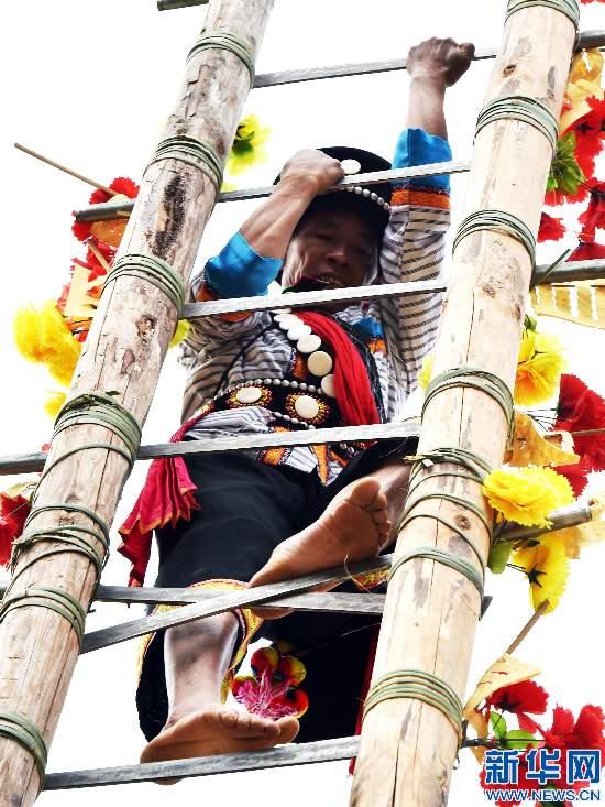 云南 怒江/12月20日,演员在庆祝大会上表演《上刀山》。