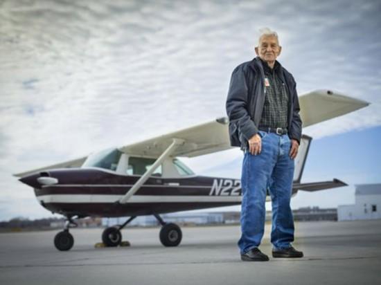 """世界上最年长飞行员:99岁生日时再次""""起飞"""""""