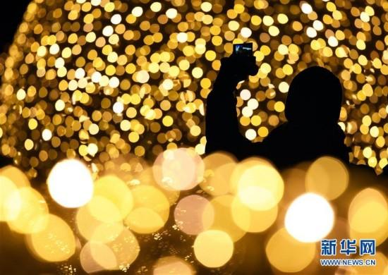 世界各地璀璨彩灯迎圣诞
