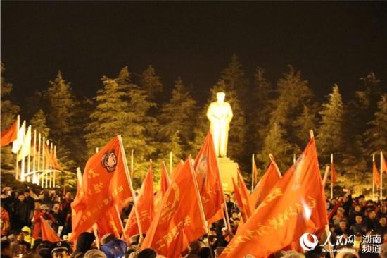 毛泽东同志诞辰123周年 各地群众凌晨冒雨缅怀【2】