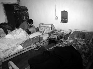 丈夫儿子先后遭车祸 无锡女子十多年悉心照顾