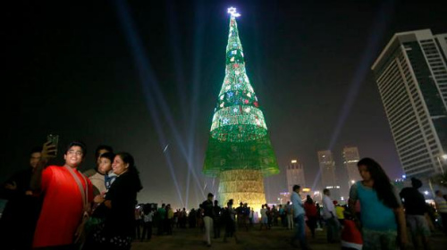 60万LED灯泡装点斯里兰卡57米高圣诞树创纪录(图)