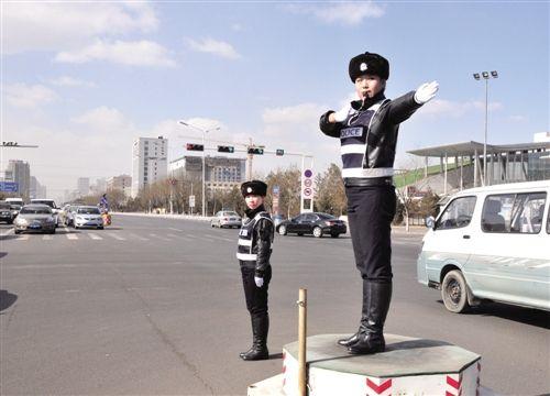 交警文明执法成为城市靓景。