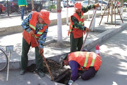 清理道路排水系统。本报记者 皇甫秀玲 摄