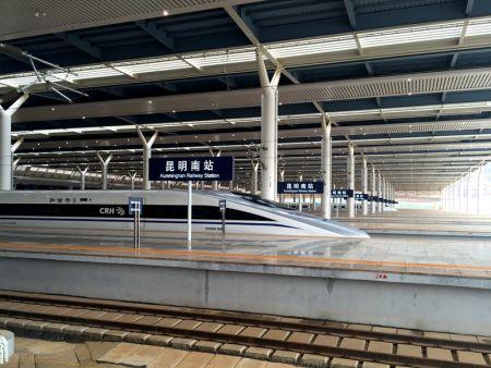 昆明南站蓄势待发的高铁将一路向东