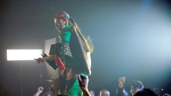 《摆渡人》Angelababy幕后照 变身忍者神龟学跳舞