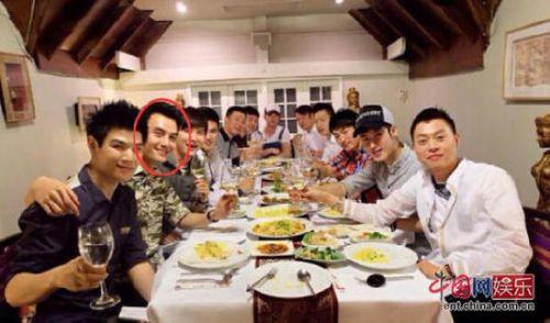 据一些网友还包括w男星的老师爆料,他们看到w男星与男朋友在北京